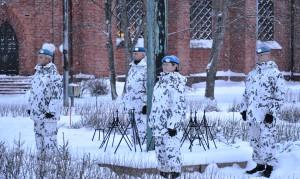 Rauhanturvaajat kunniavartiossa Sankarihaudalla
